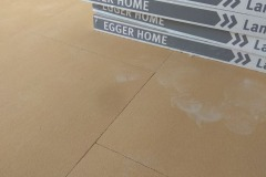 laying-laminate-flooring-in-the-apartment-2