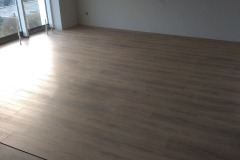 laying-laminate-flooring-in-the-apartment-3